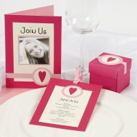 Innbydelse og bordpynt i pink og rosa