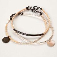 Armbånd av smykkewire med rocaiperler og anheng