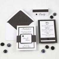 Innbydelse, menykort og bordkort i hvitt og svart
