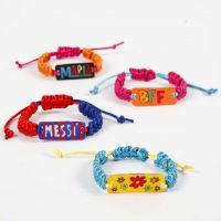 Knyttet armbånd med anheng av dekorert krympeplast