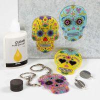 Anheng, magneter og brosjer av malte, trykte motiver på krympeplast