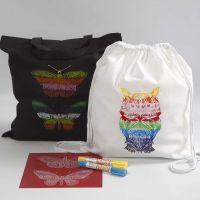 Mulepose og skopose dekorert etter stensilark med voksfarger.
