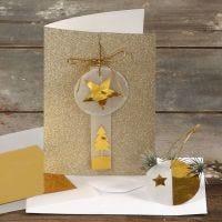 Kort med glitter pyntet med gull og vellumpapir