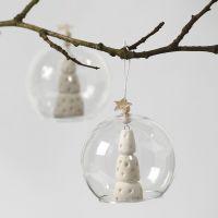 Juletre av hvit leire i glassklokke