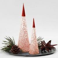 Juletre av kremmerhus over et LED-t-lys