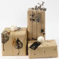 Innpakning med gavepapir som er dekorert med avtrykk