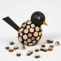 Malt fugl dekoreret med små treskiver med bark