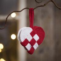 Flettet julehjerte heklet i rødt og hvitt bomullsgarn