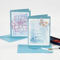Kort og bordkort med tekst av tegnegummi malt med akvarellfarge.