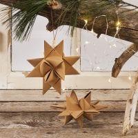 Julestjerne flettet i stjernestrimler av lærpapir med ophæng i lærsnor og treperler