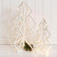3D juletre i tre med pynt og julekuler