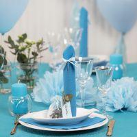 Borddekking og bordpynt i lys blå med papirblomster, ballonger, serviett brettet som tårn og bordkort