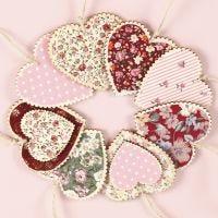 Hjerter av tre til oppheng dekorert med stoff decoupage