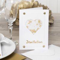 Invitasjon pyntet med hjerte av pergamentpapir, glitter, rhinsten og dekorasjonsfolie