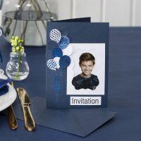Invitasjon med bilde og utstansede ballonger pyntet med dekorasjonsfolie