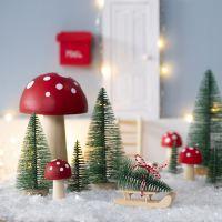 Nissen henter juletre til  nissedøren sin