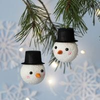 Julekule dekorert som snømann