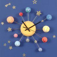 Ur dekorert med Silk Clay planeter og stjerne stickers på bonzaitråd