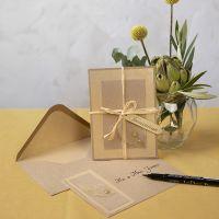 Invitasjon av kvistkartong med skjelettblad som pynt