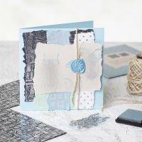 Hjemmelaget kort med håndlaget papir, stempler og segl