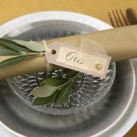 Bordkort av kvistkartong med skjelettblad som pynt