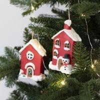 Julehus av papp til oppheng pyntet med Foam Clay