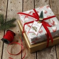 Julegaveinnpakning pyntet med mini juletre på klemme