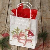 Julegaveinnpakning med gavepose og gavemerke med bjelle