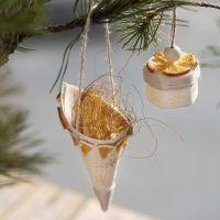 Kremmerhus av trefinér pyntet med stempler og naturpynt