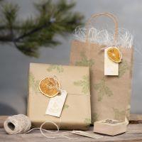 Gaveinnpakning med stempelmotiver og naturpynt