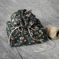 Gjenbrukbar gaveinnpakning av patchworkstoff