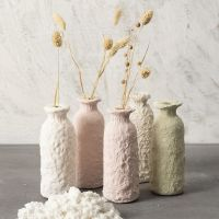 Vase av glassflaske kledd med pulp