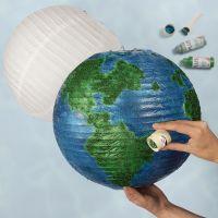 Jordklode af rispapirlampe dekoreret med hobbymaling og bio-glimmer
