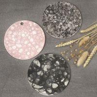 Plate av selvherdende leire dekorert med såpebobleteknikk