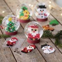 Snøkule med julefigurer av rørperler