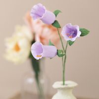 Klokkeformede blomster av krepp papir